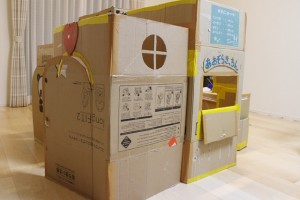 子どもと想像を膨らませて手作り!簡単ダンボールハウスの作り方